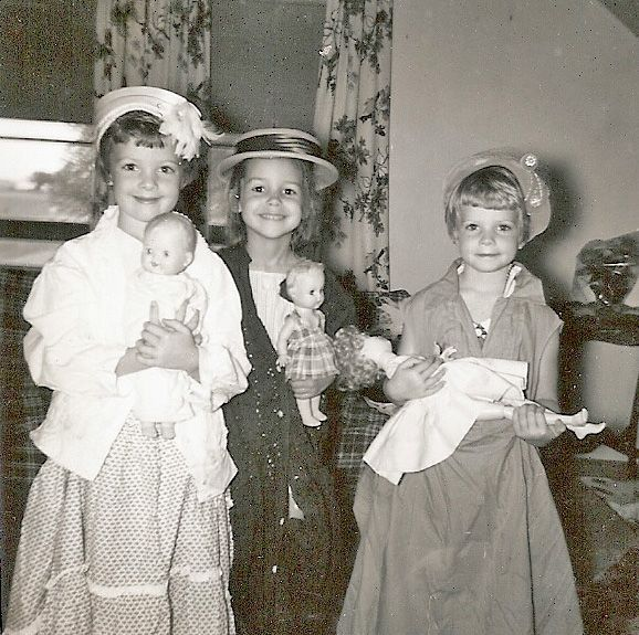 vintage-photo-kids-playing-dress-up